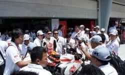 Gino Rea dan pemenang FOC Flick Contest 2012 di paddock tim Federal Oil Gresini Moto2 Malaysia