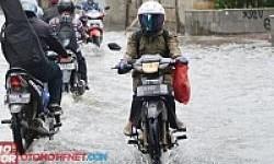 Nekat Terjang Banjir, Motor Berpotensi Alami Water Hammer