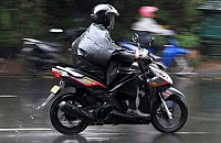Berkendara Saat Hujan, Perhatikan Kelayakan Ban dan Tekanan Angin