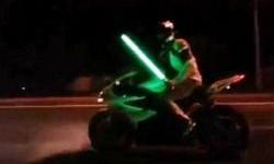 Naik Motor Sambil Acungkan Lightsaber, Bikers Ini Kena Tilang