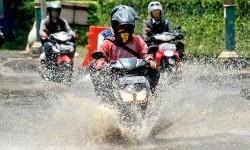 Berkendara Saat Hujan Dan Banjir, Lindungi Kaki Dari Bakteri Ini