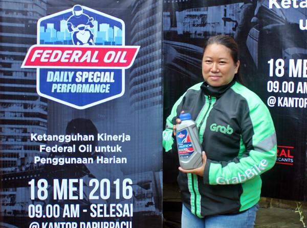Wanita Pengendara Ojek Online Ini Pakai Federal Oil Pada Motornya