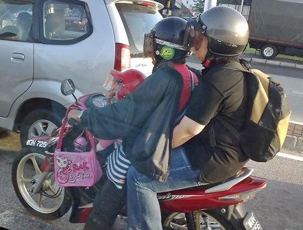 Ini Kebiasaan Naik Motor Yang Berbahaya, Jangan Ditiru Feders