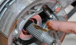 Cara Atasi As Roda Belakang Motor Matic Yang Macet