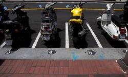 Ini Dia Alasan Mengapa Parkir Motor Dengan Standar Tengah Lebih Baik Dari Pada Standar Samping