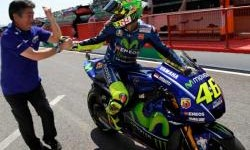 Rossi Hibahkan Helm Berdesain Khusus Pada Keluarga Nicky