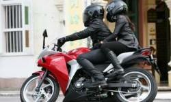Cara Aman Boncengan Dengan Motor Sport, Khusus Wanita!