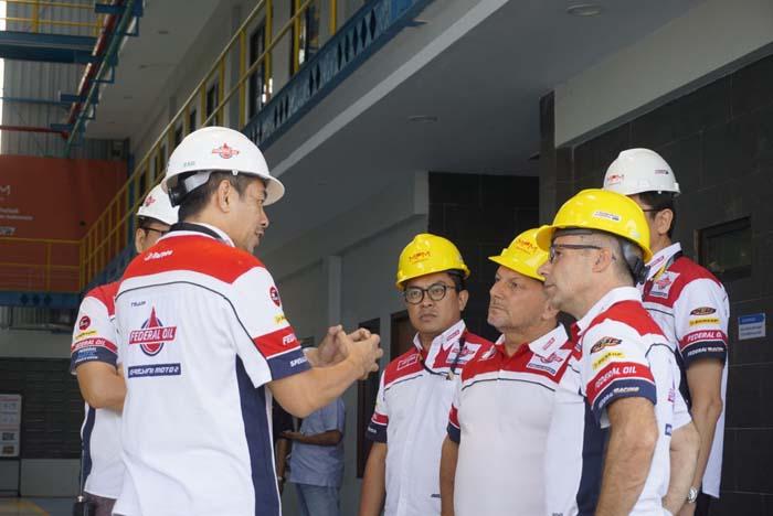 Antusias Tim Gresini Racing Melihat Proses Pembuatan Produk-produk Oli Federal Oil