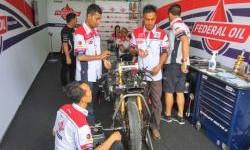 Tiga Mekanik Federal Oil Belajar di Paddock Gresini Racing Moto2