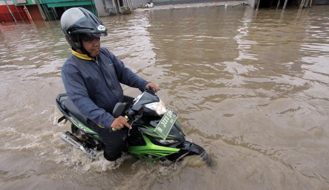 Pertolongan Pertama setelah Motor Menerobos Hujan Deras