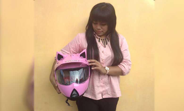 Lady Biker ini Merayakan #SpesialMoment Valentine dengan Cara Pakai Helm Custom Bertelinga, Lucu