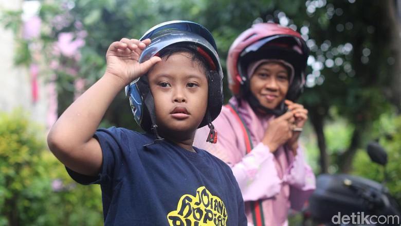 Cerita Ibu Supartini : Setia Mengantar Anaknya yang Spesial Kemanapun Tujuannya