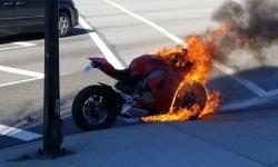 Waduh, Ducati Panigale ini Terbakar Ketika Berhenti di Lampu Merah