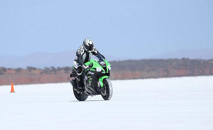 Pakai Kawasaki Ninja, Tuna Netra Ini Pecahkan Rekor Dunia Bawa Motor Terkencang di Danau Garam