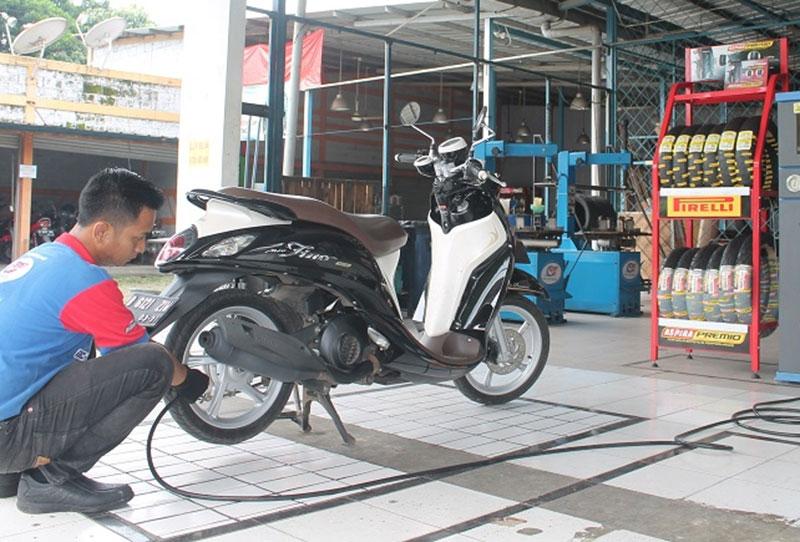Pentingnya Menjaga Tekanan Angin Ban Motor