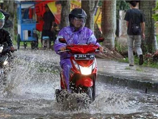 Cara Supaya Tidak Mogok Saat Menerjang Banjir Dengan Motor Matic