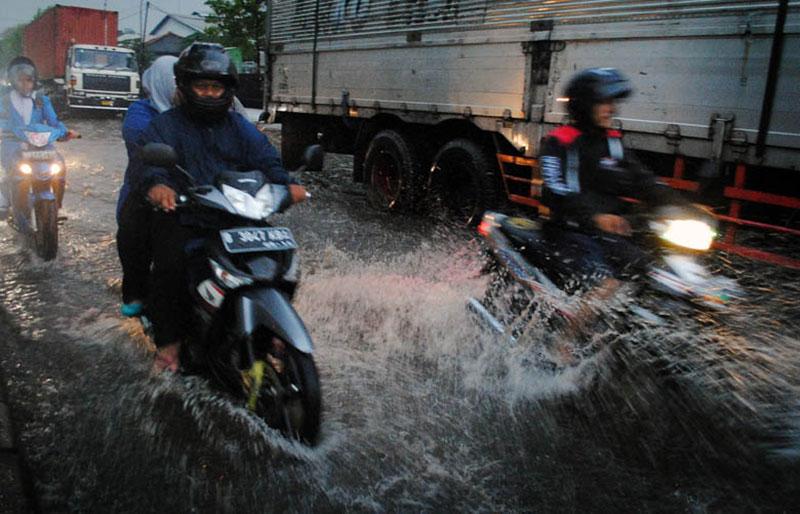Berkendara di Musim Hujan, Begini Tipsnya