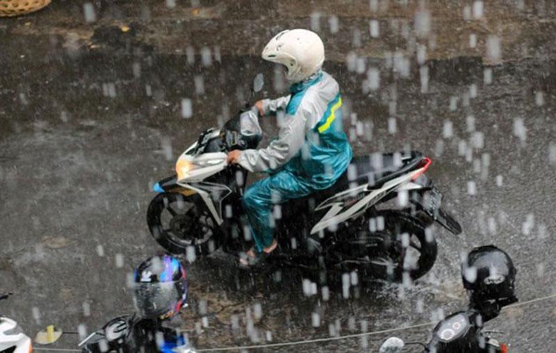 Tips Naik Motor Saat Hujan