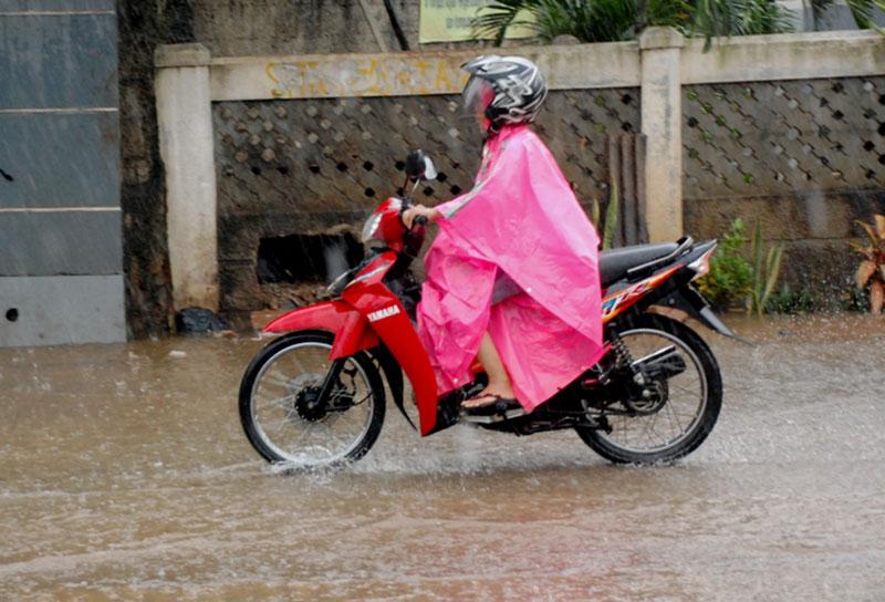 Ini Bahayanya Pakai Jas Hujan Model Ponco Saat Hujan