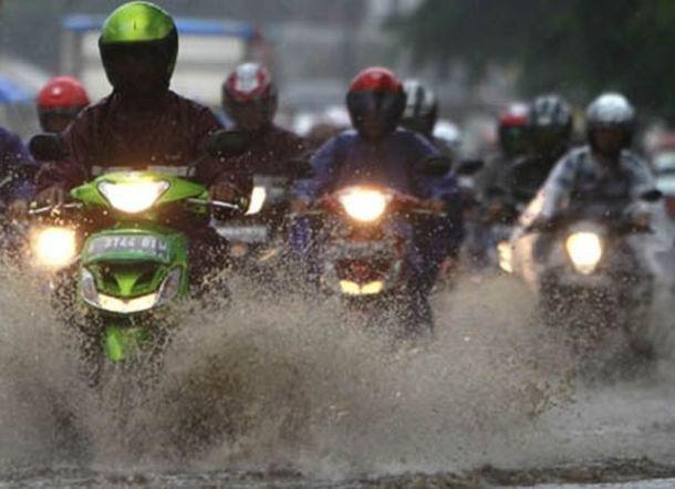 Cara Mudah Bikin Bodi Motor Tetap Kinclong Meski Musim Hujan