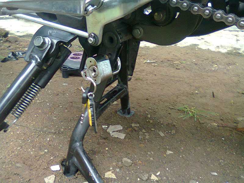 Apa Sih Fungsi Standar Samping dan Tengah Pada Sepeda Motor ?