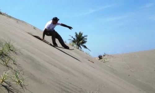 Bermain sanboarding di Gumuk Pasir/ foto dakatour