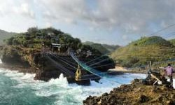 Menguji Adrenalin di Jembatan Gantung Pantai Timang