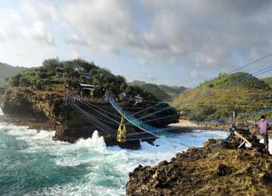 Menguji Adrenalin di Jembatan Gantung Pantai Timang Yogyakarta