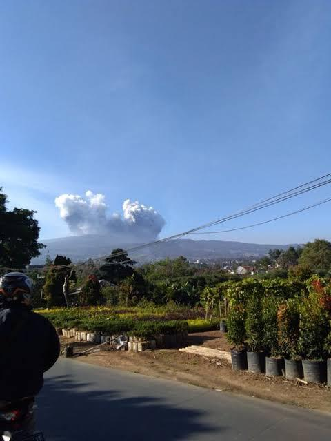 Breaking News: Gunung Tangkuban Perahu Erupsi, Motor Penuh Abu Vulkanik