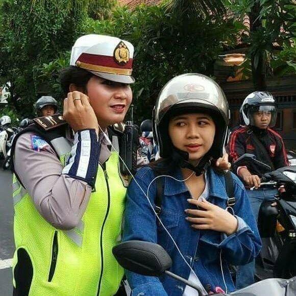 Karena Berbahaya, Naik Motor Pakai Headset Tidak Disarankan