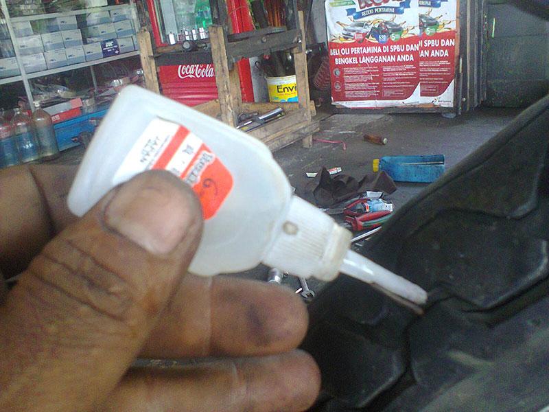 Ban Motor Bocor, Tambal Pakai Lem Besi Dijamin Manjur