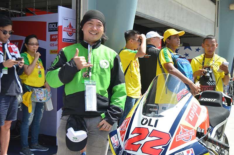 Cuma Beli Federal Oil, Abang Ojol Ini Terharu Bisa Jalan-Jalan ke Malaysia Dan Masuk Paddocknya Sam Lowes