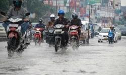 Solusi  Supaya Aman Naik Motor Saat Musim Hujan