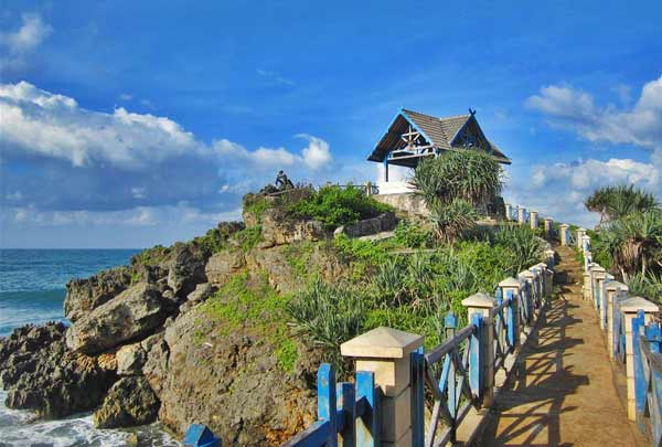 Pantai Kukup Yang Bertebing Nan Eksostis