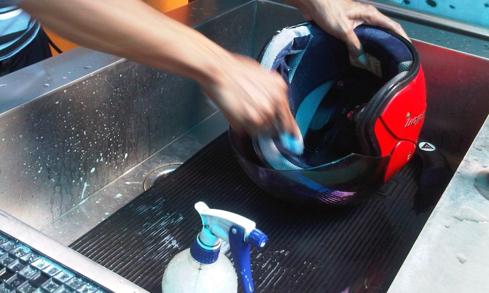 Helm Kotor Dan Bau ? Begini Solusinya Tanpa Harus Ke Tempat Pencucian Helm