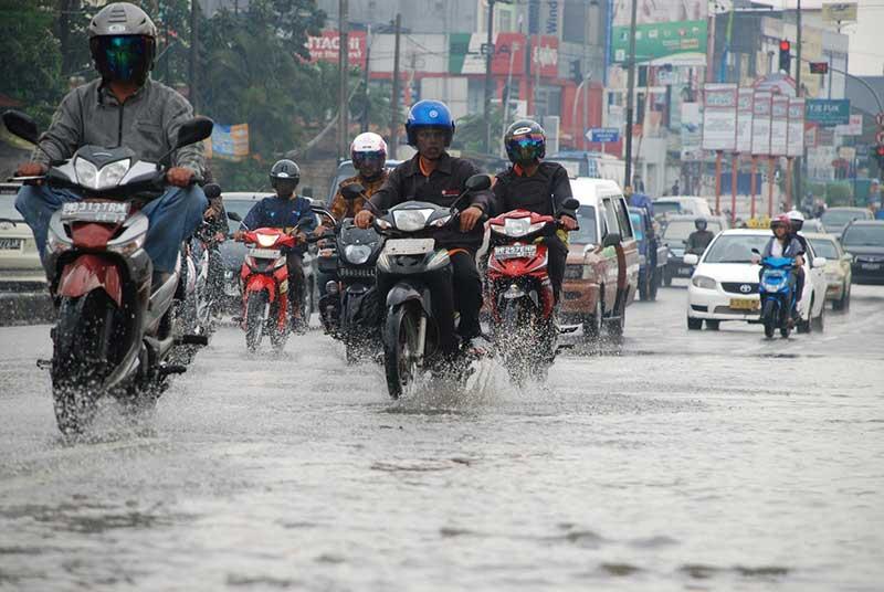 Ini Perlengkapan Riding Yang Cocok Untuk Musim Hujan Tapi Tetap Tampil Gaya