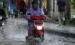 Cara Supaya Aman Saat Terjang Banjir Menggunakan Motor Matic