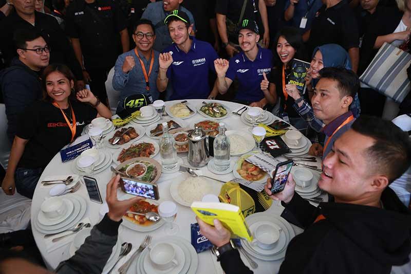 Senangnya Valentino Rossi Ketemu Penggemarnya di Indonesia