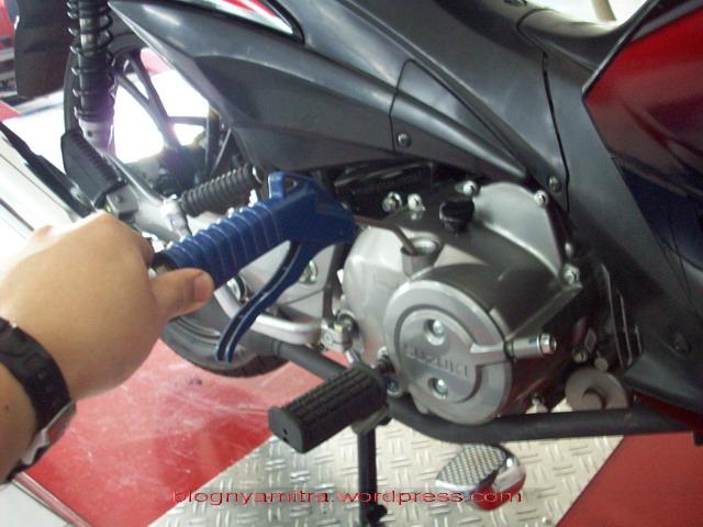 Ini Dampaknya Jika Ganti Oli Mesin Motor Disemprot Angin Kompresor
