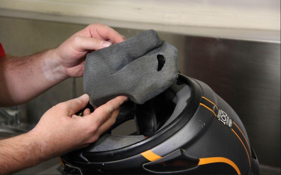 Biar Gak Jenuh Selama PSBB, Yuk Bersihin Helm Sendiri Biar Tidak Bau