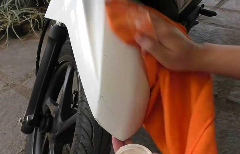 Cara Mudah Menghilangkan Bekas Stiker di Bodi Motor