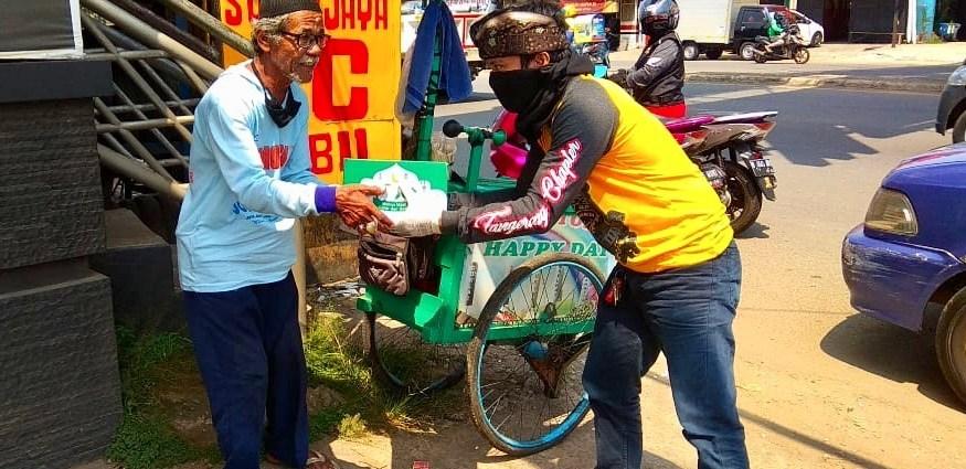 Komunitas Honda PCX Tangerang Bagikan Sembako Untuk Masyarakat Terdampak Corona