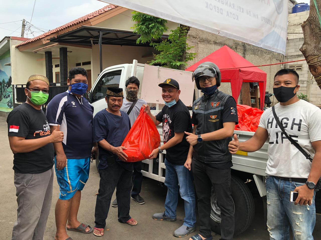 Komunitas Rebel Owner Community Bagikan Sembako Untuk Warga Terdampak Corona