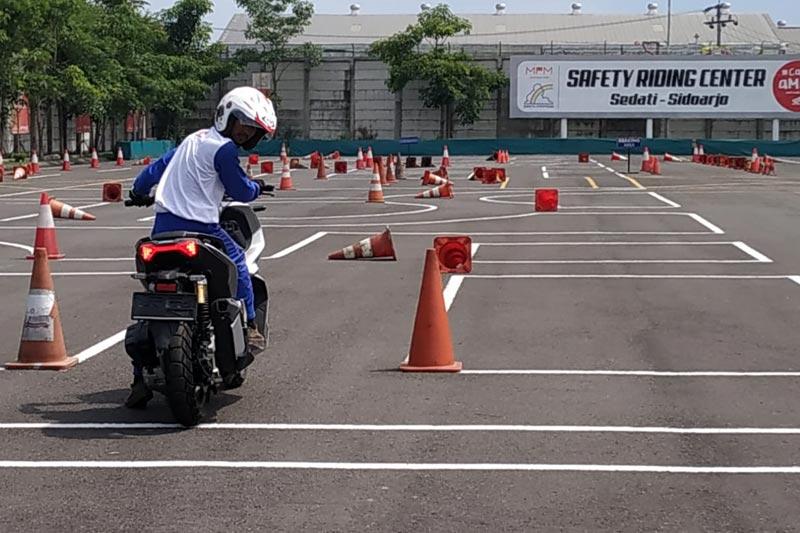 Pentingnya Menoleh ke Belakang Sebelum Memulai Berkendara