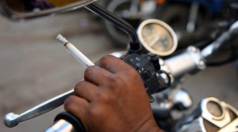 Buat Yang Masih Nekad Merokok Sambil Berkendara, Nih Hukumannya