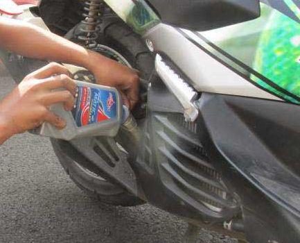 Ini Efeknya Jika Motor Kamu Sering Telat Ganti Oli Mesin
