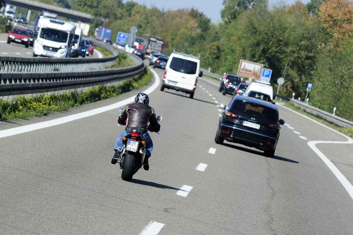 Hal Perlu Diperhatikan Saat Mendahului Kendaraan Lain