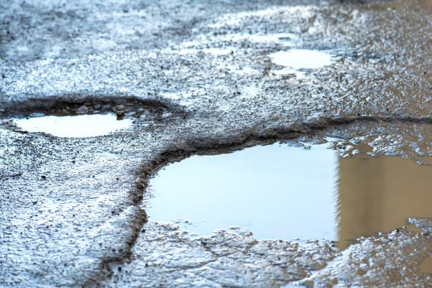 Tips Berkendara Aman Melintasi Jalan Yang Berlubang