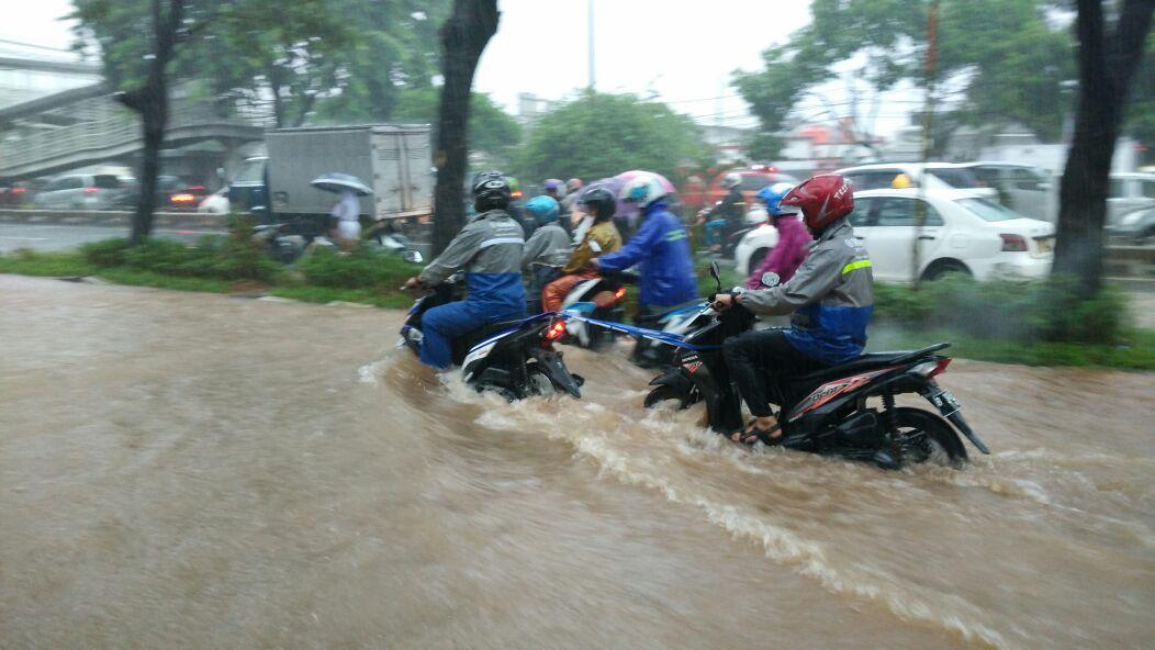 Batas Aman Menerjang Banjir Pakai Motor Matic