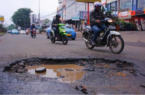 Tips Aman Berkendara di Jalan Yang Berlubang
